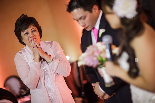 Bride giving a thank you speech to her mother on her wedding day by destination wedding planner Mango Muse Events creator of Passport to Joy online wedding planning course for couples